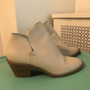 Universal Thread White Booties Size 11